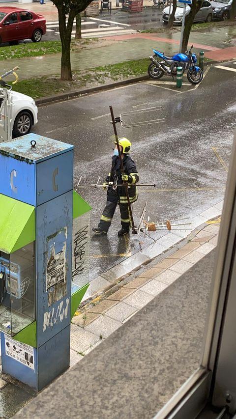 Los bomberos han retirado una antena de que se precipitó a la calle en la Avenida das Fontiñas.